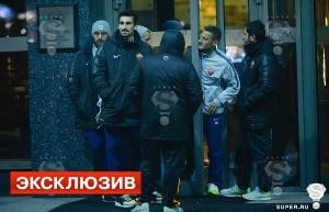 I giocatori escono dall'hotel Sheraton (foto super.ru)