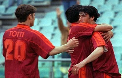 Un giovane Totti festeggia Delvecchio nel 4-1 del '96