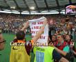 Lazio-Roma Totti festeggia sotto la Sud