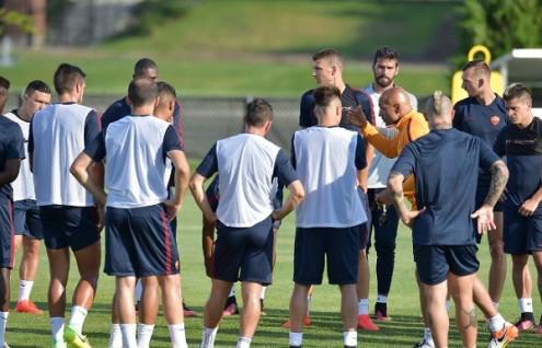 Spalletti spiega il lavoro al gruppo (foto da Twitter AS Roma)