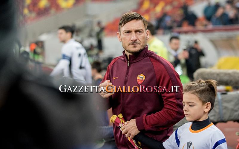 Maradona, rose rosse a Francesco Totti: