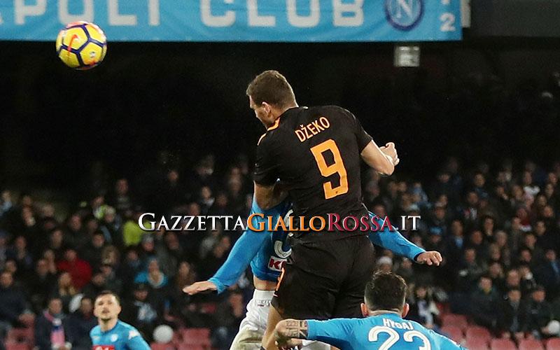 Napoli choc, goleada della Roma. E la Juve vede il sorpasso