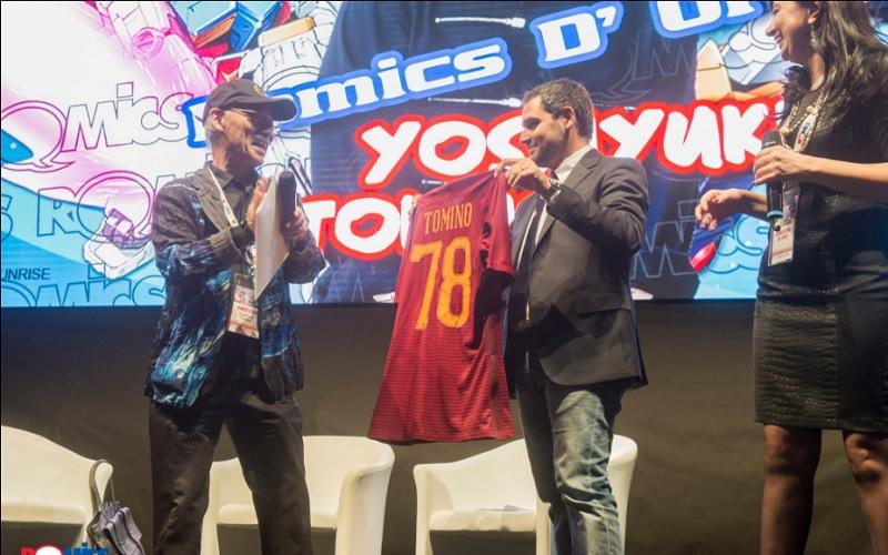 Romics la roma regala una maglietta al creatore di gundam for Creatore di piano